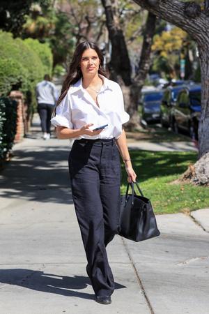 Фото №2 - Что надеть в офис этим летом? Сара Сампайо выбирает строгие льняные брюки