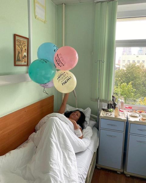 Фото №1 - Пляски в маске: Анна Нетребко отметила 49-летие в больнице