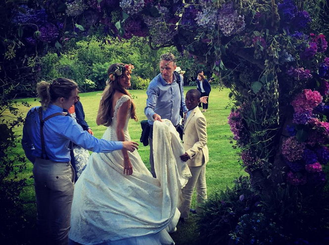 Фото №2 - Гай Ричи и Джеки Эйнсли поженились