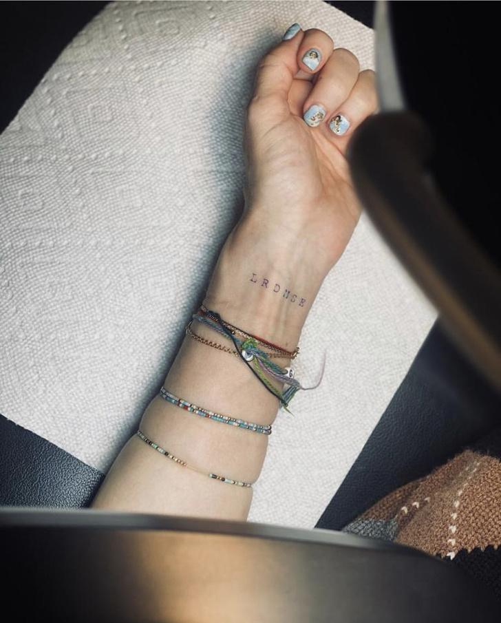 Фото №2 - Мадонна сделала первую в жизни татуировку. Чему она посвящена?