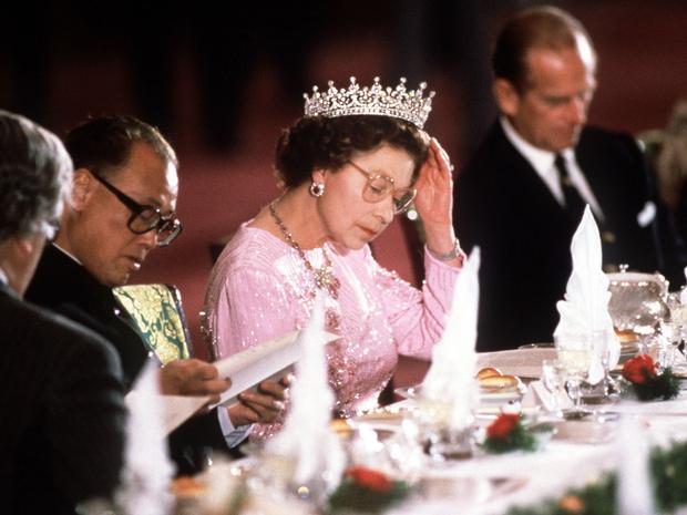 Фото №1 - Особые меры: почему Королева никогда не ест моллюсков и устриц