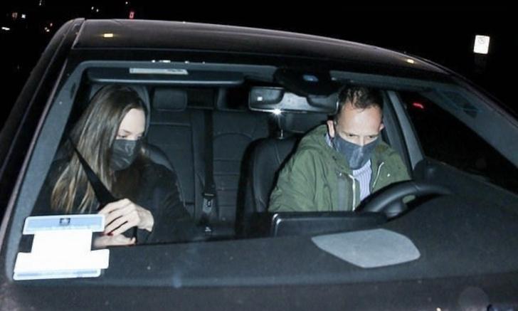 Фото №1 - Анджелина Джоли в черном наслаждается романтическим свиданием с бывшим мужем