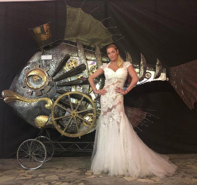 Фото №1 - Волочкова показала свадебное платье