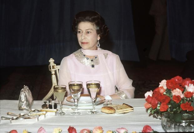 Фото №12 - Завтрак в одиночестве, 300 писем в день и ванна вместо чая: как проходит обычный день Елизаветы II