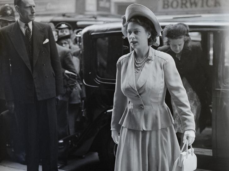 Фото №1 - Королевская доля: почему (и как) Елизавета скрывала свои беременности