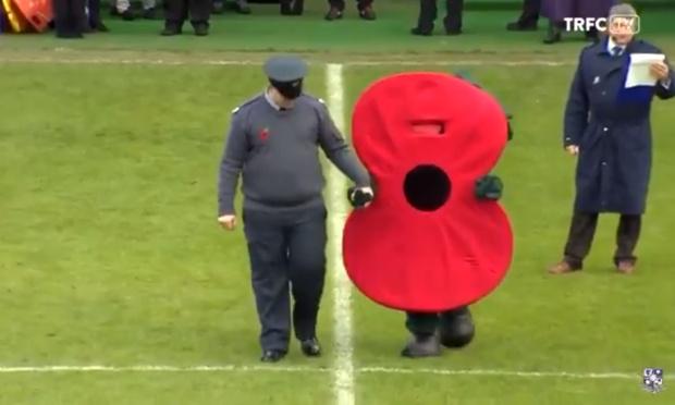 Фото №1 - Футбольный талисман в память о павших в Первой мировой войне рассмешил Интернет (видео)