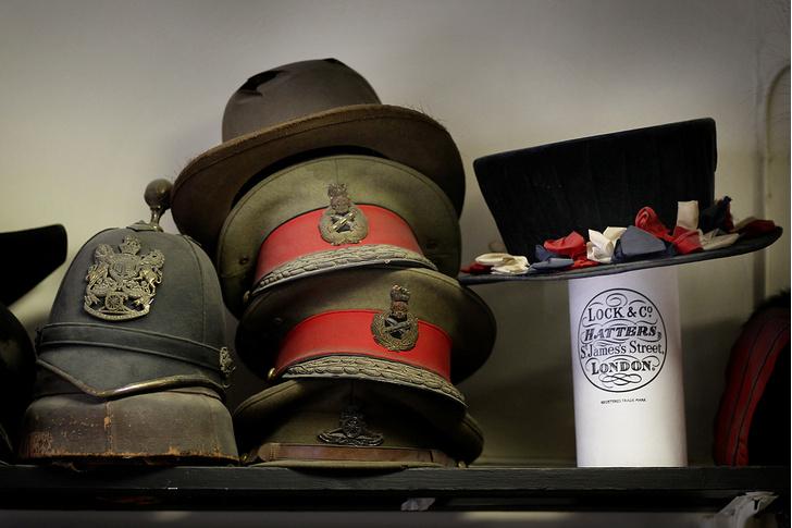 Фото №5 - Хитроумные шляпники: где делают головные уборы для королевы
