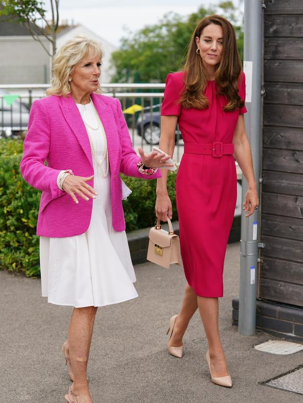 Фото №1 - Будущие королевы выбирают розовый: Кейт Миддлтон в безупречном платье на встрече с Джилл Байден