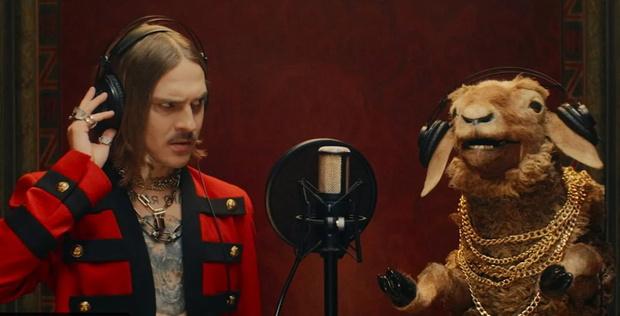 Фото №1 - Илья Прусикин поет дуэтом с овцой в новом клипе Little Big под названием Everybody