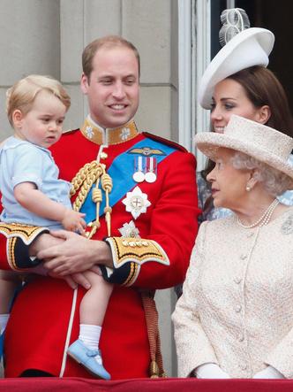 Фото №2 - Любимая бабушка: почему у Елизаветы лучше выходит общаться с детьми Кембриджей, чем у Камиллы