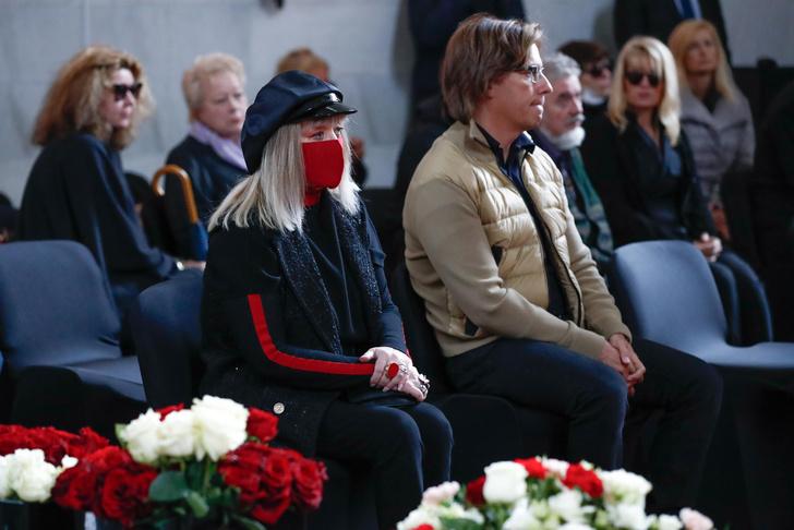 """Фото №2 - «Сегодня слова """"Жил-был художник один"""" только о тебе»: Пугачева заплакала на прощании с Красновым"""