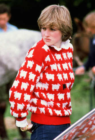 Фото №7 - От принта с «паршивой овцой» до классики: любимые свитеры принцессы Дианы
