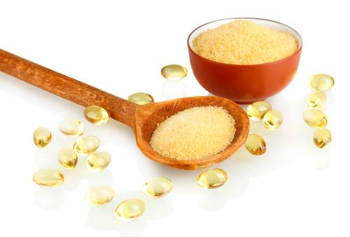 shutterstockЖелатин (от латинского «gelatus» — застывший) используется во многих отраслях промышленности. Эта смесь белков животного происхождения при нагревании в воде или слабокислотном растворе легко растворяется и образует клейкую жидкость.