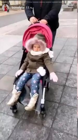 Фото №3 - Звезды, которые возят своих слишком взрослых детей в коляске