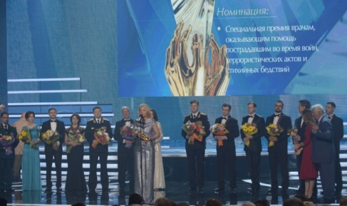 Фото №1 - Петербургским врачам вручили «золотые руки» за пересадку лица