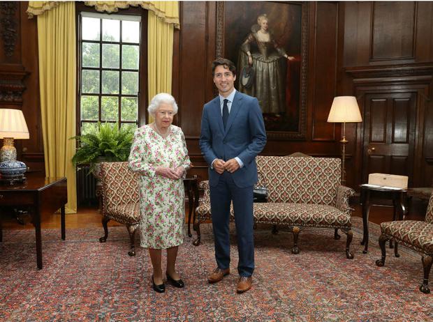 Фото №2 - Шутки Ее Величества: как Королева заставила краснеть премьер-министра Канады Джастина Трюдо