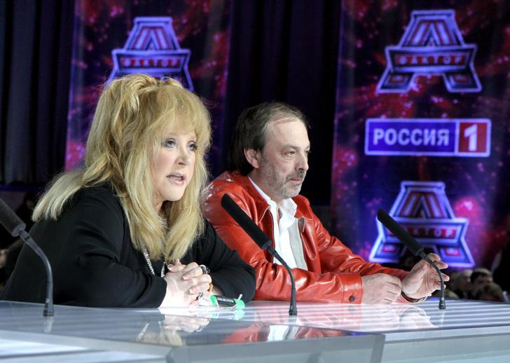 """Фото №1 - «Сегодня слова """"Жил-был художник один"""" только о тебе»: Пугачева заплакала на прощании с Красновым"""