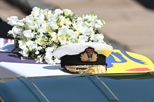 Фото №2 - Любовь в деталях: Елизавета на похоронах держала при себе две личные вещи Филиппа
