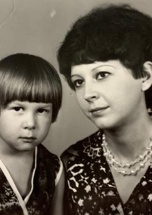 Фото №2 - Раньше взрослели быстрее? 30 фото советских мам и их дочек в одном возрасте