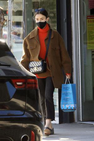 Фото №1 - Где купить точно такую же куртку-рубашку, как у Лили Коллинз, и еще 4 похожие альтернативы
