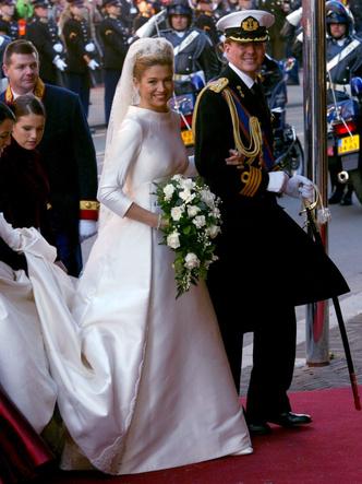 Фото №22 - Платья-близнецы: 15 слишком похожих свадебных нарядов королевских особ