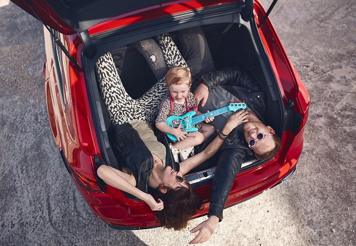 Фото №1 - Audi извинилась за рекламу семейного автомобиля из-за фотографии девочки с бананом. В ней увидели эротический подтекст