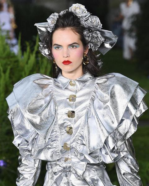 Фото №1 - Красная помада и бирюзовые тени— самый трендовый макияж осени 2021