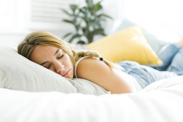 Фото №1 - Почему кровать нельзя ставить в угол и хранить под ней вещи