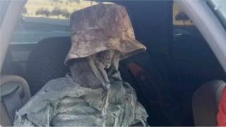 Фото №1 - Американца оштрафовали за то, что он ездил по спецполосе со скелетом