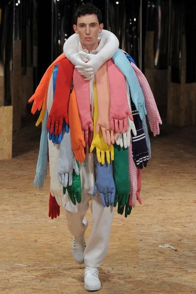 Фото №1 - Волосатые тапки и сумка-морковка: что за дикие вещи предлагают нам бренды за сотни тысяч рублей