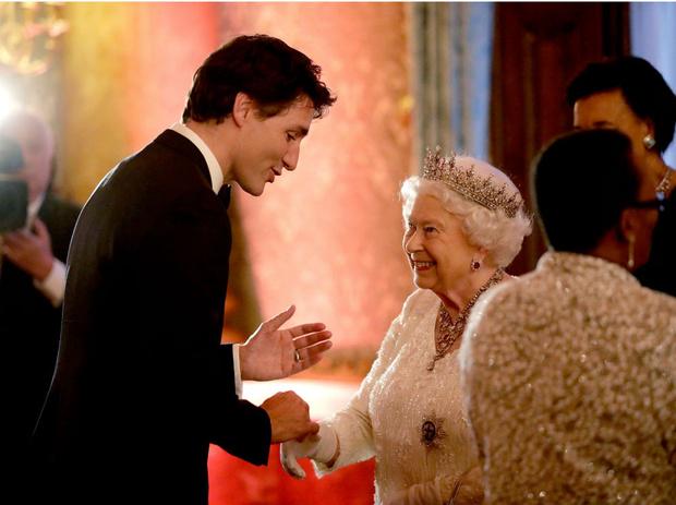 Фото №1 - Шутки Ее Величества: как Королева заставила краснеть премьер-министра Канады Джастина Трюдо