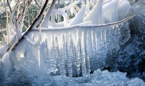 Фото №1 - Врачи: Не ешьте снег и не грызите сосульки, даже чистые на вид