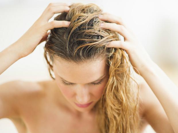 Фото №2 - 5 вещей, которые нельзя делать с мокрыми волосами