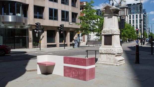 Фото №1 - Дизайнерские скамейки украсили улицы Лондона