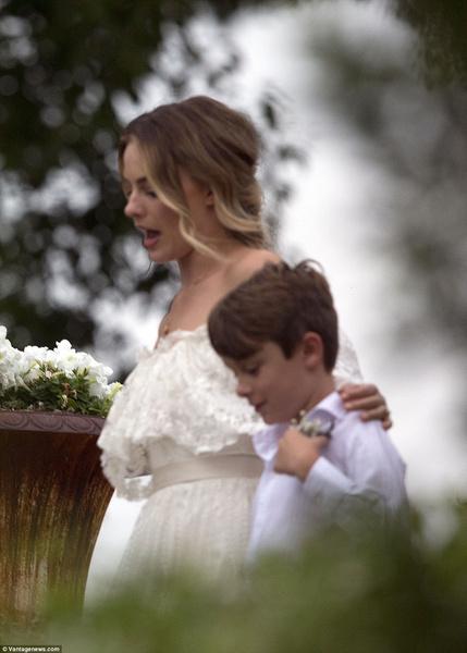 Фото №1 - Смотри первые фото со свадьбы Марго Робби