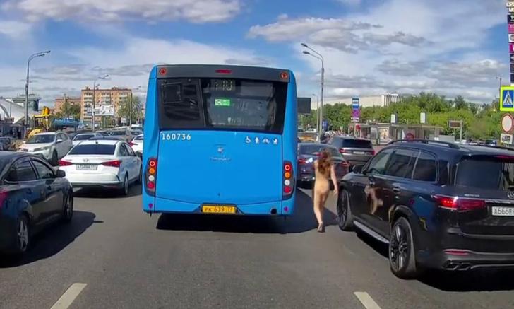 Фото №1 - Что происходит на видео: обнаженная женщина на московской улице