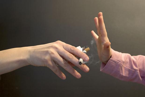 Фото №1 - Маленький пассивный курильщик: что происходит с ребенком