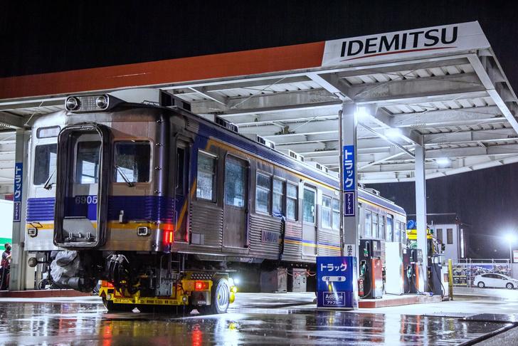 Фото №1 - Фото дня: вагон поезда на бензоколонке в Японии