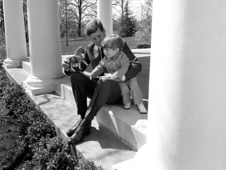 Фото №13 - Счастье на четверых: самые трогательные фото четы Кеннеди с детьми