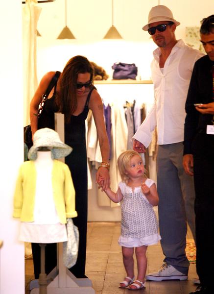 Фото №2 - Передумала быть Джоном? 14-летняя Шайло Джоли-Питт впервые за много лет выглядит как девочка с хвостиком и в коротких женских шортах