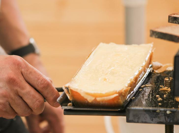 Фото №1 - Сыр раклет: что это такое, где попробовать и чем запивать