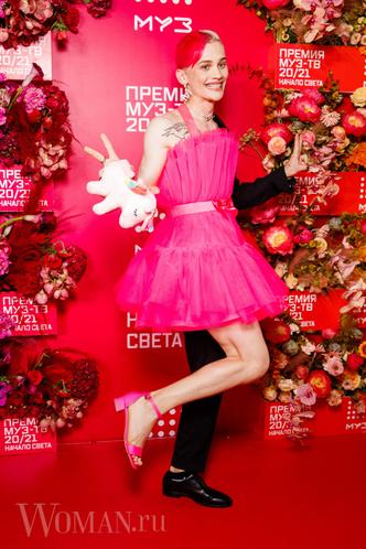 Фото №6 - «Голая» Клава Кока, любвеобильный Филипп Киркоров и розовый Даня Милохин: самые яркие наряды звезд на «Премии Муз-ТВ»