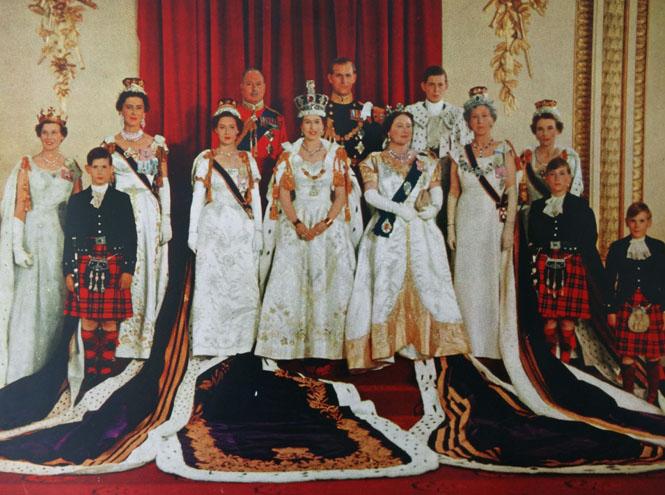 Фото №8 - Елизавета II снова демонстрирует чувство юмора и невозмутимость