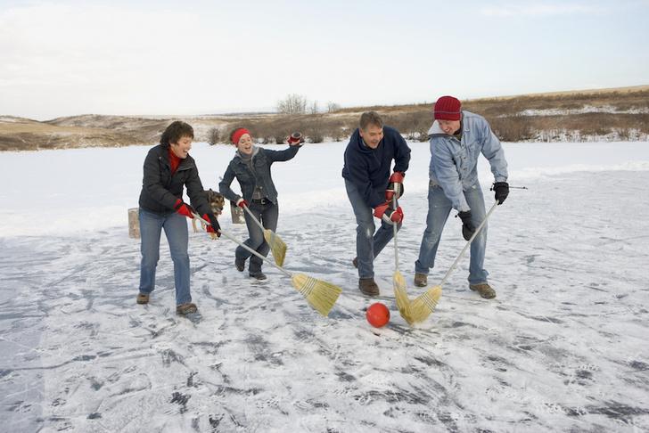 Фото №2 - Метла, сковородка и воздушный змей: 7 неожиданных зимних видов спорта