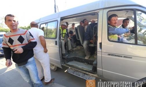 Фото №1 - В больницу Боткина доставляют автобусами отравившихся рабочих со стройки в Пулково