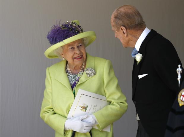 Фото №2 - Что Королева хотела сказать Гарри и Меган своим нарядом на их свадьбе
