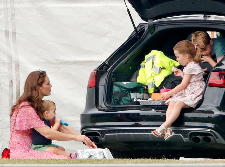 Фото №3 - 6 принцесс и королев, которые нарушали протокол ради своих детей