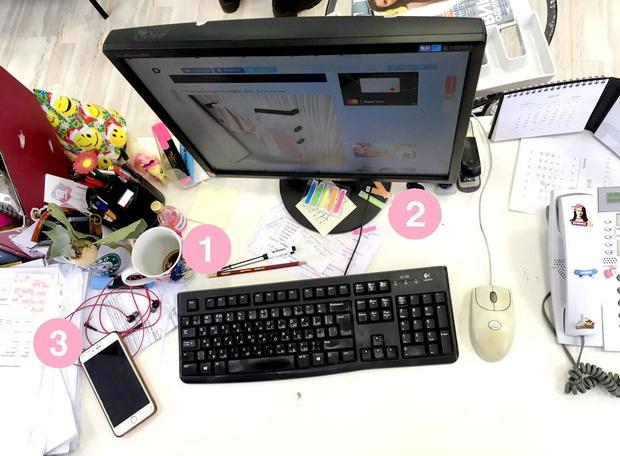 Фото №3 - Кукла вуду, наушники и еда: что на рабочих столах у редакции Elle Girl