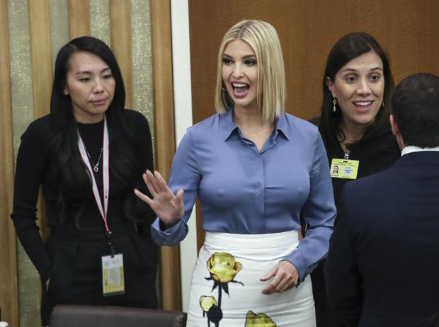 Фото №2 - «Это что, Бритни Спирс?»: в Сети высмеяли новый цвет волос Иванки Трамп