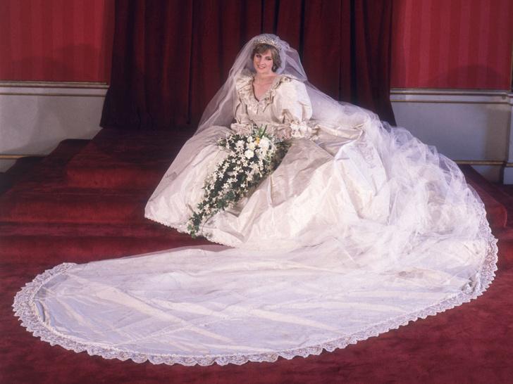 Фото №1 - Почему дизайнер свадебного платья Дианы была в ужасе от своего творения
